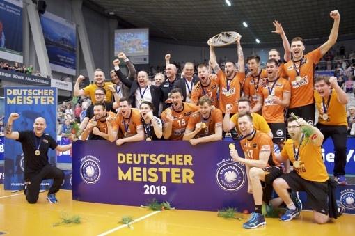 Les Berlin Recycling Volleys équipés par ERIMA sont champions d'Allemagne de volleyball